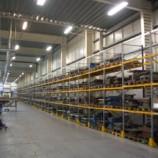 Spazio di magazzino e scaffalature metalliche